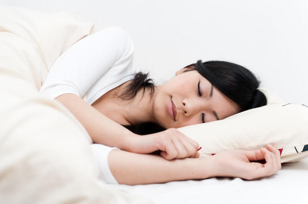 8 Posisi Tidur yang Baik untuk Kesehatan (No. 2 Mudah Dilakukan)