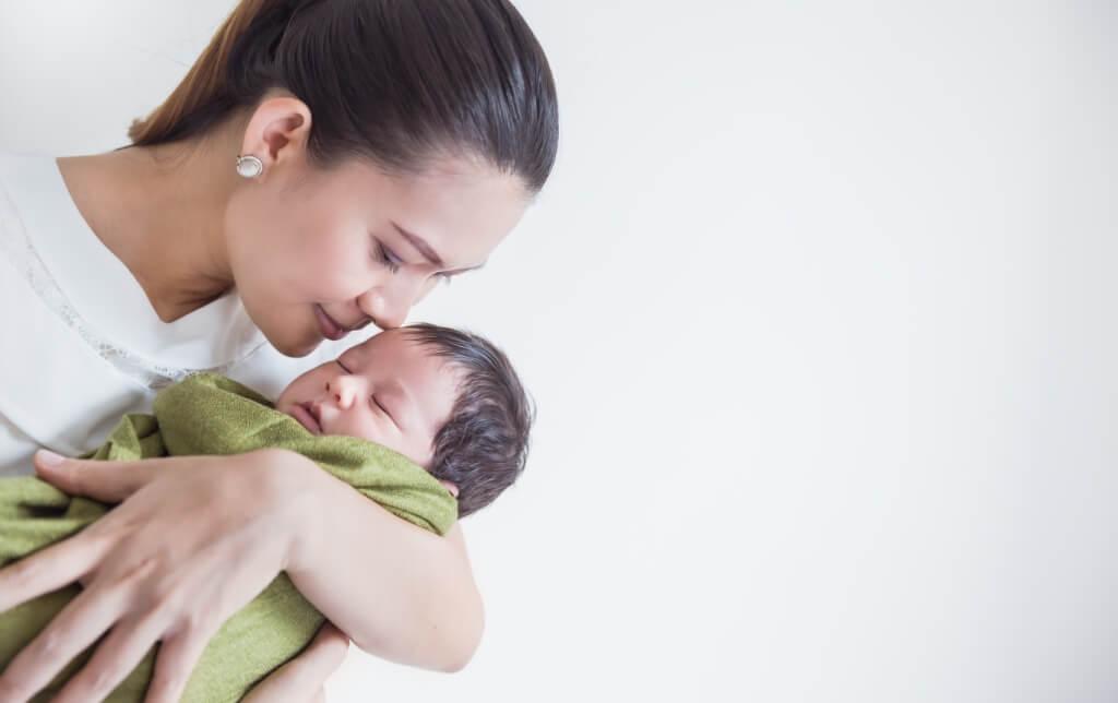 7 Bahaya Mencium Bayi Baru Lahir, Bisa Tularkan Banyak Penyakit!