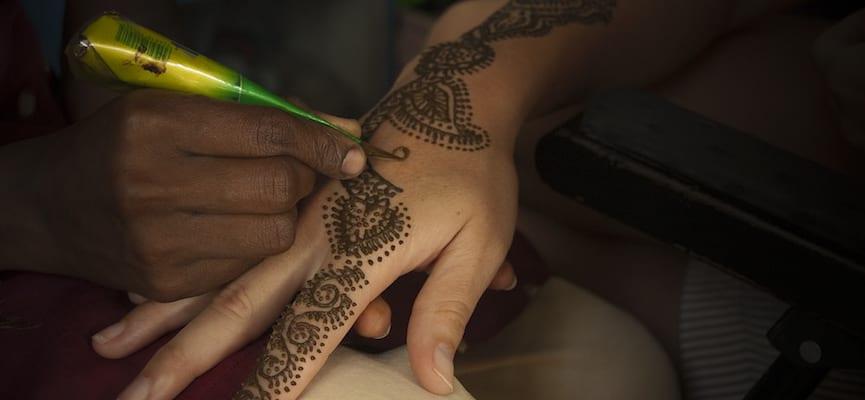 Di Inggris, Bocah 10 Tahun Terkena Alergi Kulit Parah Akibat Memakai Henna
