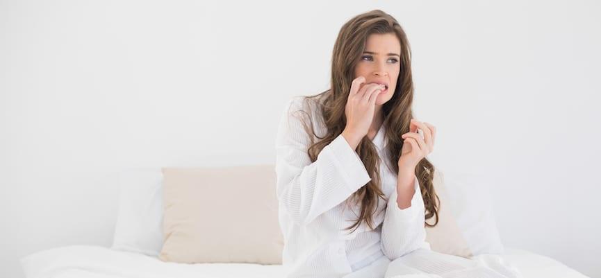 doktersehat-wanita-gigit-kuku-paranoid