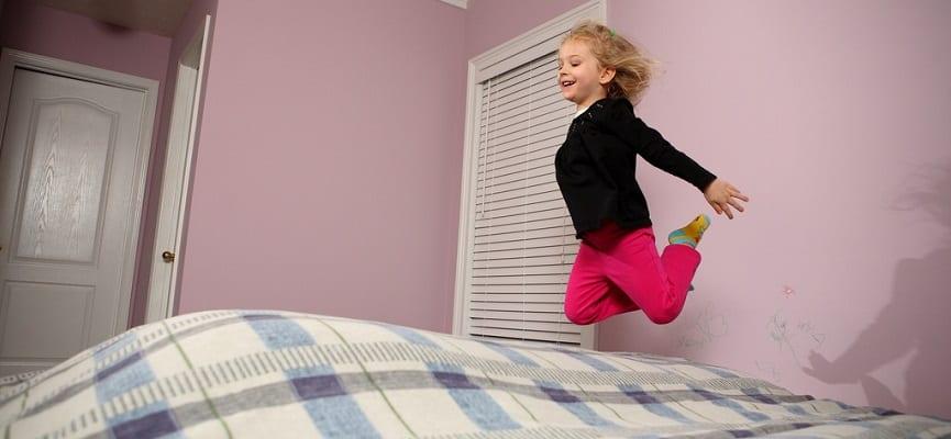 Ini Alasan Mengapa Anak Suka Lompat-Lompat Di Atas Kasur
