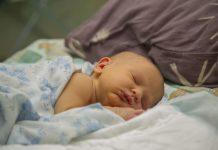 cara-menidurkan-bayi-tanpa-digendong-doktersehat