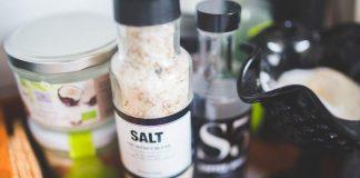 air-garam-untuk-bau-badan-doktersehat-1