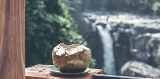 manfaat-air-kelapa-untuk-kulit-doktersehat-1