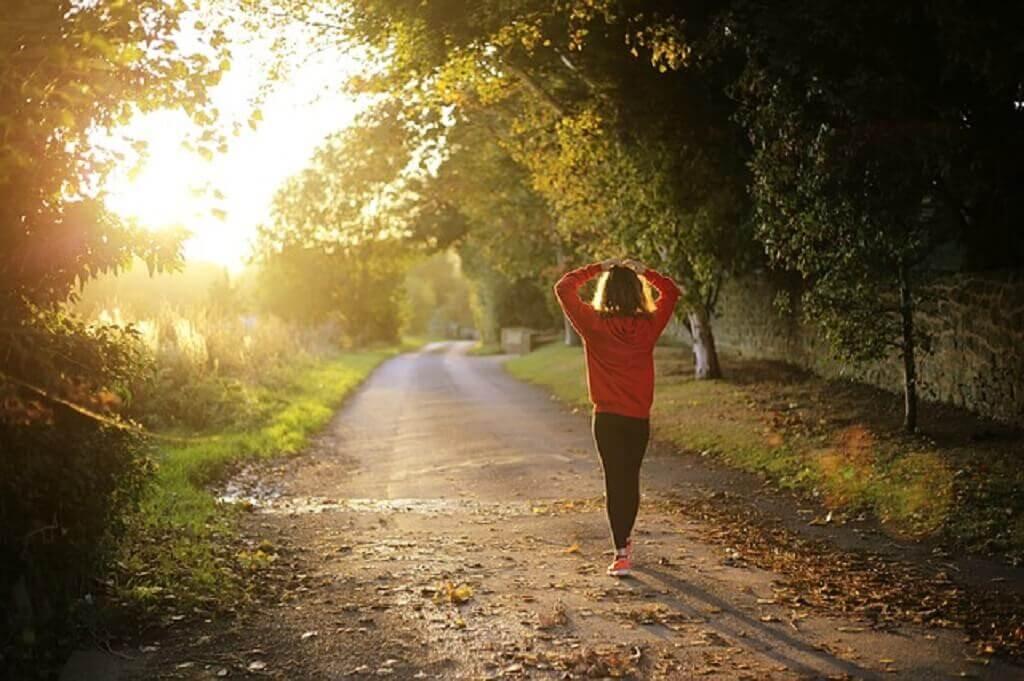 11 Manfaat Jalan Kaki untuk Kesehatan (No. 6 Tak Terduga)