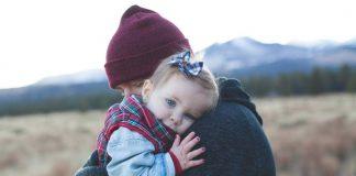 beberapa-manfaat-memeluk-anak-untuk-perkembangannya-doktersehat