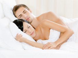 doktersehat tidur telanjang pada pria