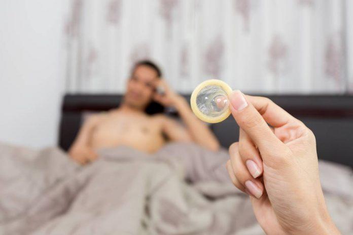 kondom-robek-saat-seks-doktersehat