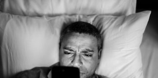 ponsel-tidur-kasur-doktersehat