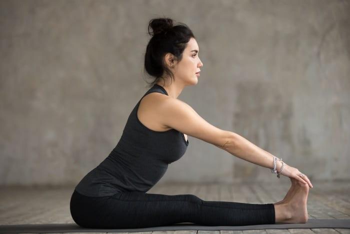 gambar-gerakan-yoga-agar-cepat-hamil-seated-forward-fend-doktersehat