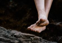 jalan-telanjang-kaki-doktersehat