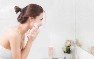 10 Facial Wash untuk Kulit Kering (Cara Memilih Produk Terbaik)