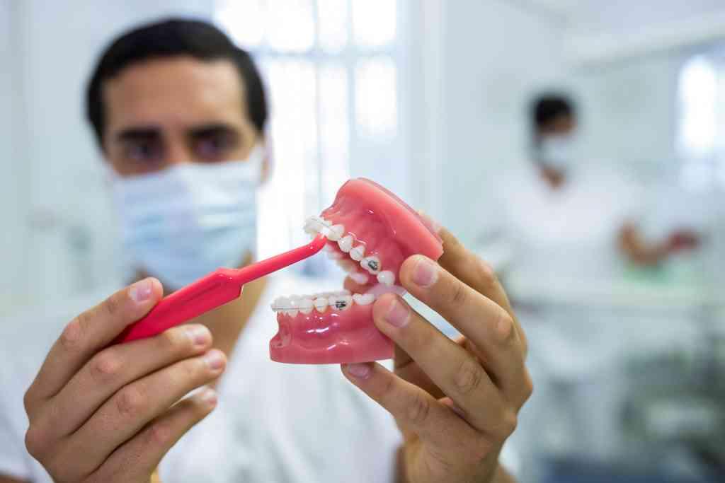 8 Cara Merawat Gigi Palsu agar Tetap Bersih dan Awet