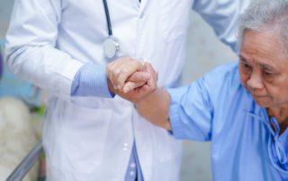 11 Cara Merawat Pasien Parkinson yang Alami dan Medis (Efektif)