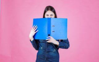 Introvert dan Extrovert: Definisi, Perbedaan, Ciri-Ciri, Kelebihan, dan Tipe
